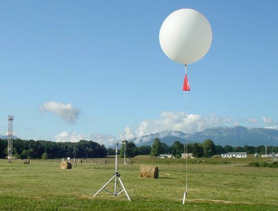 搭载气象气球的光谱仪测量不同高度处的太阳辐照度。